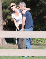 Sean Penn - Sean Penn and Charlize Theron - enjoy a day the park in Studio City, California with Charlize's son Jackson on February 8, 2015 (28xHQ) ESIrdyO7