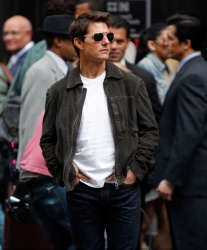Tom Cruise - on the set of 'Oblivion' outside at the Empire State Building - June 12, 2012 - 376xHQ 57FAzyww