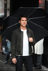 Tom Cruise - on the set of 'Oblivion' outside at the Empire State Building - June 12, 2012 - 376xHQ X3VtMM8t