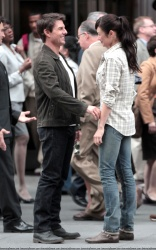 Tom Cruise - on the set of 'Oblivion' outside at the Empire State Building - June 12, 2012 - 376xHQ K7nXUnTZ