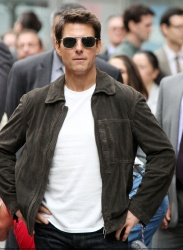Tom Cruise - on the set of 'Oblivion' outside at the Empire State Building - June 12, 2012 - 376xHQ RJoVFKOm