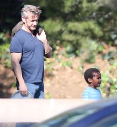 Sean Penn - Sean Penn and Charlize Theron - enjoy a day the park in Studio City, California with Charlize's son Jackson on February 8, 2015 (28xHQ) KiUWpu6L