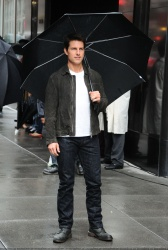 Tom Cruise - on the set of 'Oblivion' outside at the Empire State Building - June 12, 2012 - 376xHQ 7q8DzOGi