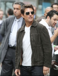 Tom Cruise - on the set of 'Oblivion' outside at the Empire State Building - June 12, 2012 - 376xHQ FEOds026