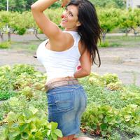 Дениз Милани, фото 4225. Denise Milani Plucking Strawberry., foto 4225