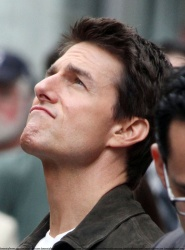 Tom Cruise - on the set of 'Oblivion' outside at the Empire State Building - June 12, 2012 - 376xHQ RXxnlZVq
