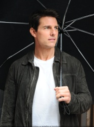 Tom Cruise - on the set of 'Oblivion' outside at the Empire State Building - June 12, 2012 - 376xHQ QEPgleCE