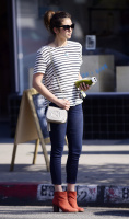 Nina Dobrev heads to a medical building chatting on her cell (June 03) H4uw81qY