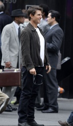 Tom Cruise - on the set of 'Oblivion' outside at the Empire State Building - June 12, 2012 - 376xHQ GEx8cAiZ