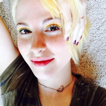Hayley Williams - Really Cute Twitter Picture (Temporarily Blonde Again)
