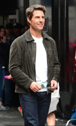 Tom Cruise - on the set of 'Oblivion' in New York City - June 13, 2012 - 52xHQ DjLiHj6x