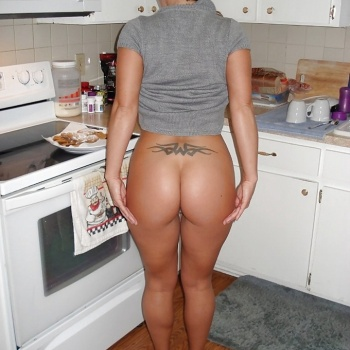 Esposa ardiente sorprendida en la cocina por su marido