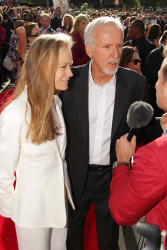 Suzy Amis & James Cameron - 'The Hobbit An Unexpected Journey' World Premiere at Embassy Theatre in Wellington, New Zealand - November 28. 2012 - 3xHQ NFqokbWG