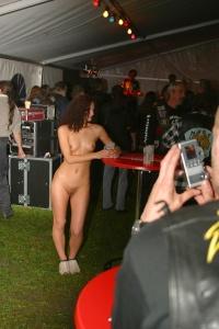Смотреть моя жена танцует голая на публике, телку ебут в шестером порно