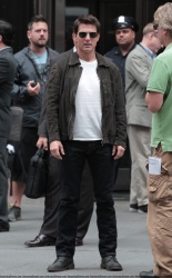 Tom Cruise - on the set of 'Oblivion' outside at the Empire State Building - June 12, 2012 - 376xHQ ZKRq1YdQ