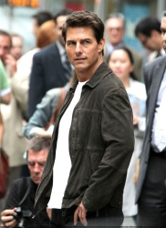 Tom Cruise - on the set of 'Oblivion' outside at the Empire State Building - June 12, 2012 - 376xHQ A9cL7RJZ