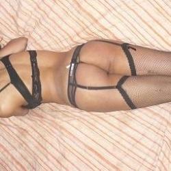 amadora de Vermelho!Gostosona siliconada em poses sexy exibindo os peitos e a Bundona de fio dental e Lingerie!