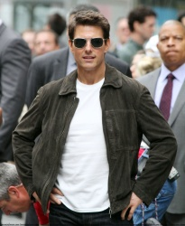 Tom Cruise - on the set of 'Oblivion' outside at the Empire State Building - June 12, 2012 - 376xHQ CtCH3uBh