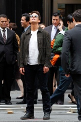 Tom Cruise - on the set of 'Oblivion' outside at the Empire State Building - June 12, 2012 - 376xHQ 6xLlQGjI