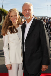 Suzy Amis & James Cameron - 'The Hobbit An Unexpected Journey' World Premiere at Embassy Theatre in Wellington, New Zealand - November 28. 2012 - 3xHQ OYH0bIQW