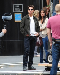 Tom Cruise - on the set of 'Oblivion' outside at the Empire State Building - June 12, 2012 - 376xHQ Q6OzZGwG