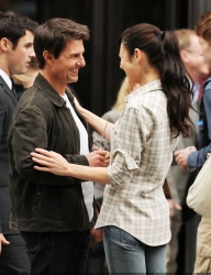 Tom Cruise - on the set of 'Oblivion' outside at the Empire State Building - June 12, 2012 - 376xHQ KY4n6ube