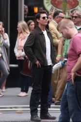 Tom Cruise - on the set of 'Oblivion' outside at the Empire State Building - June 12, 2012 - 376xHQ UkNqiEmz