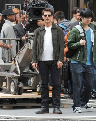 Tom Cruise - on the set of 'Oblivion' outside at the Empire State Building - June 12, 2012 - 376xHQ YWE9BiLE