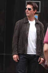 Tom Cruise - on the set of 'Oblivion' outside at the Empire State Building - June 12, 2012 - 376xHQ HJevmUck