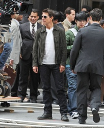 Tom Cruise - on the set of 'Oblivion' outside at the Empire State Building - June 12, 2012 - 376xHQ N35GNNGw