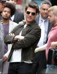 Tom Cruise - on the set of 'Oblivion' outside at the Empire State Building - June 12, 2012 - 376xHQ H8x14pZw