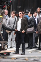 Tom Cruise - on the set of 'Oblivion' outside at the Empire State Building - June 12, 2012 - 376xHQ NGspXlY8