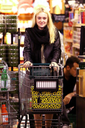 Dakota Fanning / Michael Sheen - Imagenes/Videos de Paparazzi / Estudio/ Eventos etc. - Página 6 AcnTLtvE