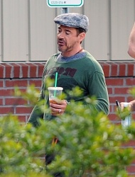 Robert Downey Jr. - leaving a Starbucks and heading to the set of 'Iron Man 3' in Wilmington on May 30, 2012 - 11xHQ Y6AM6sQl