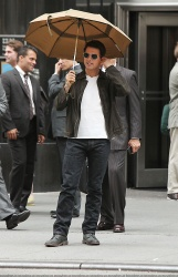 Tom Cruise - on the set of 'Oblivion' outside at the Empire State Building - June 12, 2012 - 376xHQ QNIUnu6z