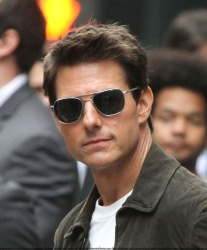 Tom Cruise - on the set of 'Oblivion' outside at the Empire State Building - June 12, 2012 - 376xHQ O6G0h9gw