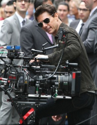 Tom Cruise - on the set of 'Oblivion' outside at the Empire State Building - June 12, 2012 - 376xHQ 8FOIrJg4