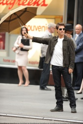 Tom Cruise - on the set of 'Oblivion' outside at the Empire State Building - June 12, 2012 - 376xHQ XJyu0da5