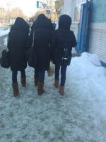 девушки в одинаковой одежде