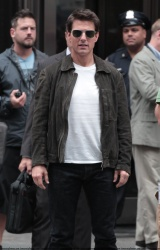 Tom Cruise - on the set of 'Oblivion' outside at the Empire State Building - June 12, 2012 - 376xHQ Hd1jQcuG