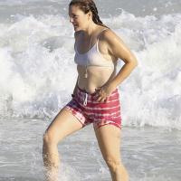 Drew Barrymore   On the beach in Miami, Florida on Nov 12 (34 Photos)