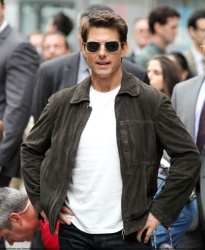 Tom Cruise - on the set of 'Oblivion' outside at the Empire State Building - June 12, 2012 - 376xHQ IgeLS8So