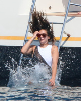 Nina Dobrev and Asustin Stowell enjoy the ocean off the cost the French Riviera (July 26) Rbo3AGLb