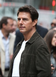 Tom Cruise - on the set of 'Oblivion' outside at the Empire State Building - June 12, 2012 - 376xHQ ILYWSRfI