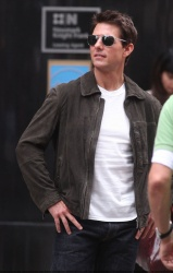 Tom Cruise - on the set of 'Oblivion' outside at the Empire State Building - June 12, 2012 - 376xHQ Q9XuCbBj