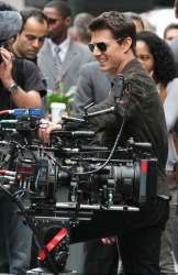 Tom Cruise - on the set of 'Oblivion' outside at the Empire State Building - June 12, 2012 - 376xHQ W1tavn2D