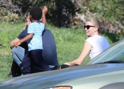 Sean Penn - Sean Penn and Charlize Theron - enjoy a day the park in Studio City, California with Charlize's son Jackson on February 8, 2015 (28xHQ) AfIGjquI