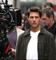 Tom Cruise - on the set of 'Oblivion' outside at the Empire State Building - June 12, 2012 - 376xHQ L0L5z19k