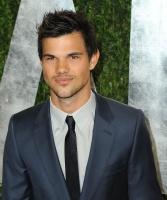 Taylor Lautner - Imagenes/Videos de Paparazzi / Estudio/ Eventos etc. - Página 38 Adm99LYA