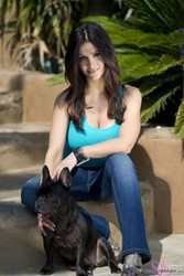 Дениз Милани, фото 4934. Denise Milani Playing with the Puppy (Low Quality), foto 4934